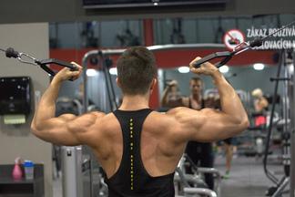 背中の筋肉が弱い人のクセは強い。